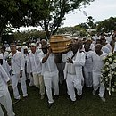 obás, ojés e ogãs carregaram caixão de Mãe Stella
