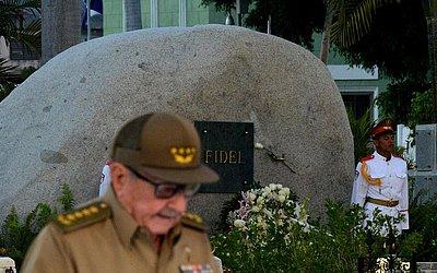 O primeiro secretário do partido comunista cubano, Raul Castro, discursa em frente ao túmulo de Fidel Castro, durante a celebração do 60º aniversário da revolução cubana no cemitério Santa Ifigenia em Santiago de Cuba