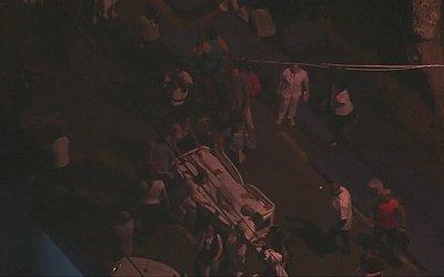 Paciente em maca é retirado do hospital e levado para a rua