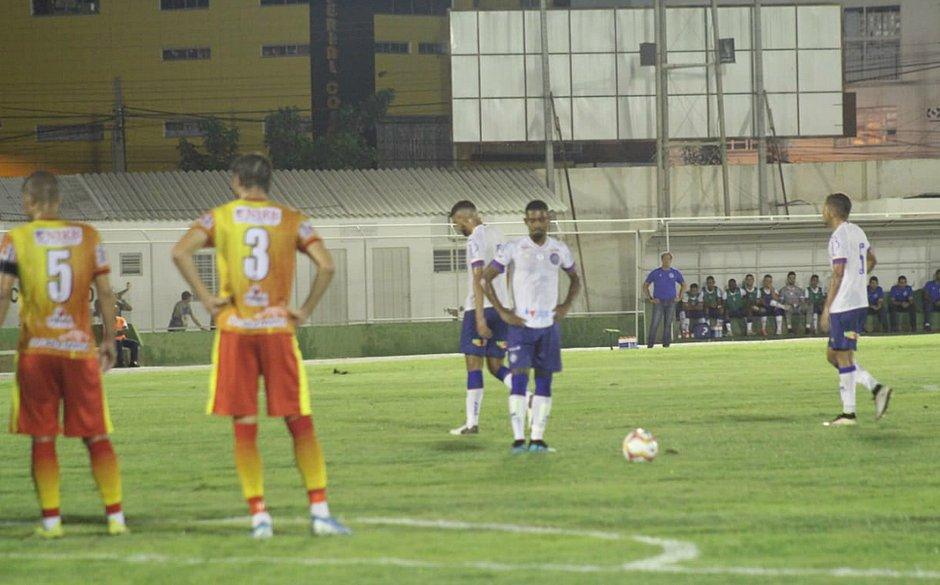 Ramon, com mão na cintura, marcou o gol do Bahia contra a Juazeirense