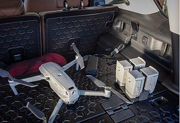 Emborrachado, o bagageiro conta com tomadas de 110 V e 12 V