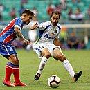 Artur tenta se livrar da marcação uruguaia na Fonte Nova