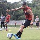 Thiago Carleto é titular na lateral esquerda do Vitória