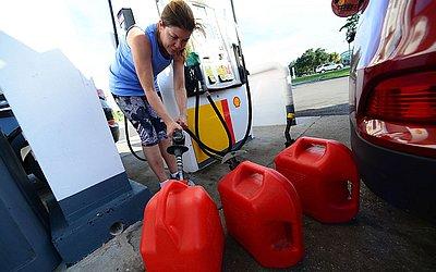 Moradores da Flórida aproveitaram para encher os tanques antes da passagem