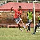Novo contratado, Samuel Granada encara Ronaldo durante treino na Toca