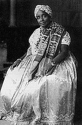 3 Mãe Senhora de Oxum 1942-1967 Mãe do famoso artista plástico Mestre Didi, ela travou diálogos com os brancos e possibilitou a abertura do terreiro, recebendo figuras como Jean Paul Sartre, Simone de Beauvoir, Jorge Amado