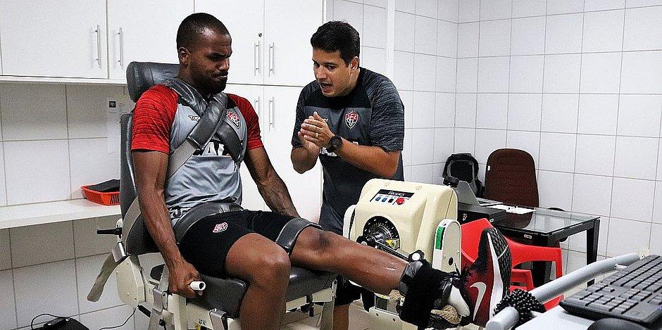 6c9d550219 Zagueiro Thales faz exercício na academia do Vitória (Mauricia da  Matta ECV Divulgação)