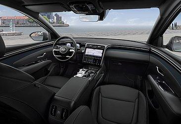 No interior, as telas digitais e o volante se destacam