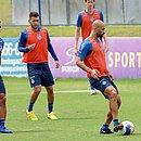 Enquanto Patrick e Thaciano se firmam no time titular do Bahia, Lucas Araújo (azul) ainda busca primeira chance no tricolor