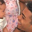 Atacante do Vitória, Ruan Levine se diverte com a filha Maya Gabriela, de apenas dois meses