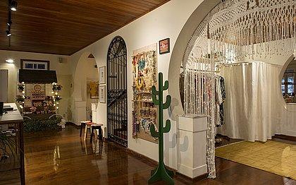 Com curadoria da Elementuá, um amplo ambiente de 90 m² reúne trabalhos de artistas, artesãos, marcas e empreendedores locais