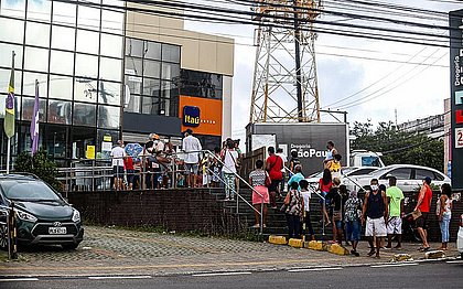 Aglomeração na porta de uma agência bancária no Cabula, no dia 2 de junho