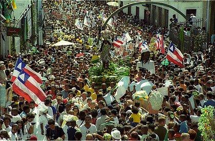 Cortejo do 2 de Julho em 2002, com forte participação popular