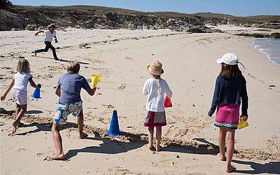 Professora Yannick Moisson dá uma lição do esporte para seus alunos na ilha de Hoedic, na França ocidental. São 6 crianças em idade escolar na escola da ilha que tem 113 habitantes.
