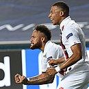 Neymar e Mbappé na comemoração pelo segundo gol do PSG