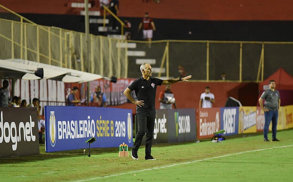 Amadeu orienta equipe durante o triunfo do Leão sobre o Paraná, no Barradão