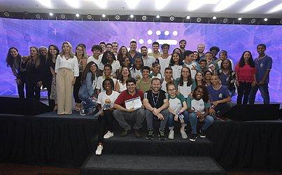 As cinco equipes classificadas comemoram o sucesso da Agenda Bahia/ Olimpíada Brasileira de Robótica