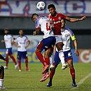 Renan Guedes disputa bola durante jogo contra o Internacional, em Pituaçu