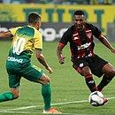 Eron, que foi titular do Vitória, na disputa de bola com Felipe Marques, do Cuiabá