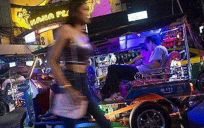 Distrito de Nana, em Bangkok, na famosa faixa de luz vermelha de bares e clubes.