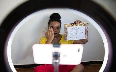 Vanessa Amorim é mulher trans e ensina libras na Escola Maria Felipa