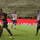 Enquanto defesa do Campinense lamenta, Gilberto comemora um dos gols na goleada do Bahia por 7x1