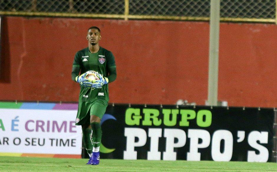 Goleiro de 22 anos estreou com a camisa do Vitória