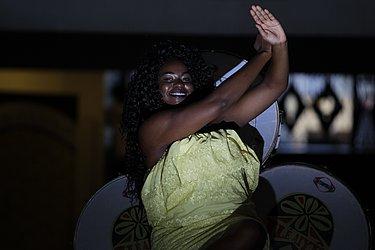 Camila Cruz Silva: 28, trancista. Eu faço da minha consciência um cotidiano de luta e glória. @camila_dosesi
