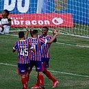 Com sorriso largo no rosto, Gabriel Novaes comemora gol diante do Sport com Gilberto e Patrick