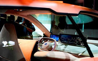 Interior de um BMW com o novo celular  Vision iNEXT no Mobile World Congress (MWC), em Barcelona.