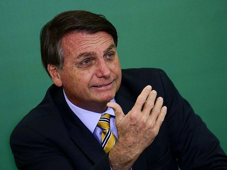 Bolsonaro ignora testes encalhados do governo e culpa Estados e municípios