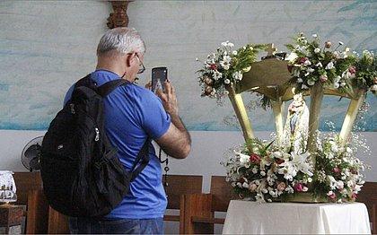 Homem fotografa objetos no Santuário de Irmã Dulce
