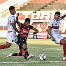 Hítalo dribla dois adversários e chuta para balançar a rede no estádio Carneirão, em Alagoinhas