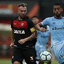 Willian Farias marca Michel, do Grêmio, no Barradão