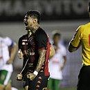 Leo Ceará fez o segundo gol do Vitória, de pênalti