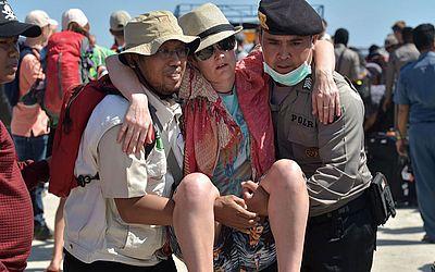 Turistas são retirados da ilha vizinha de Gili Trawangan,em Lombok, dois dias depois que a área foi atingida por um terremoto.