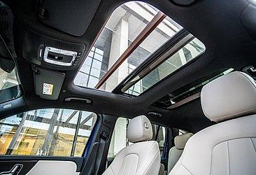 O teto solar do SUV é duplo é de série na versão Progressive