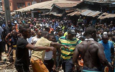 Socorristas e voluntários no local do desabamento de um edifício em Lagos onde pelo menos 10 crianças estavam entre dezenas de pessoas desaparecidas de um dos quatro andares do prédio onde funcionava um berçário e escola primária.