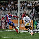 Nino Paraíba não consegue cortar e Clayson faz o segundo gol do Corinthians