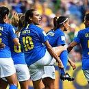 Marta comemorou gol mostrando símbolo da igualdade de gênero