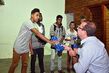 Prefeito Leonardo Dourado entrega smartphones para os estudantes vencedores do hackaton