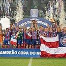 Rodriguinho ergue a taça e jogadores do Bahia festejam no gramado do Castelão