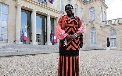 A ativista da República de Camarões, Aissa Doumara Ngatansou posa para fotos no palácio Eliseu, em Paris, após ter recebido o prêmio inaugural Simone Veil da República francesa, de igualdade de gênero.