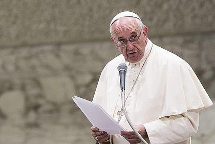 Com aval do papa, Igreja Católica proíbe benção a casais homossexuais
