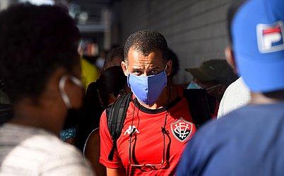 Homem de máscara em aglomeração no Comércio.