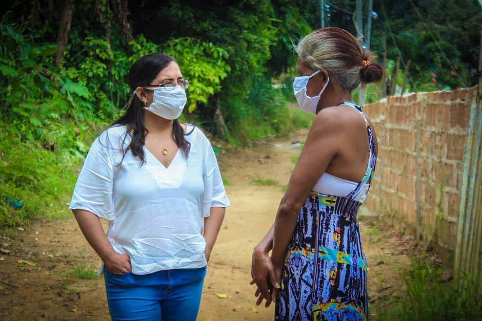 Secretária Ana Paula Matos em conversa com Amaltina, mãe da mulher agredida