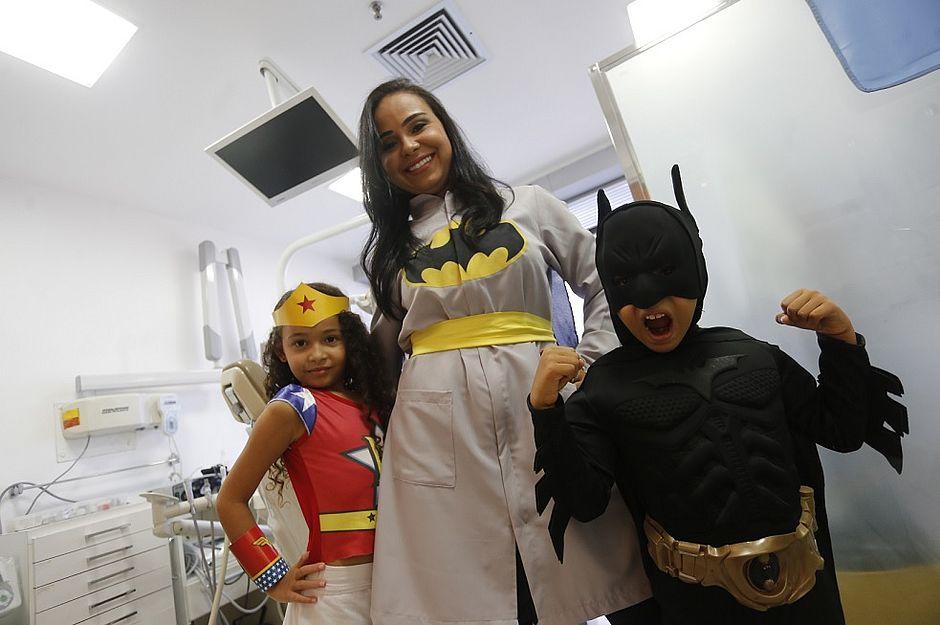 5c6fe736a (A odontopediatra Emanuela Amorim atende vestida de personagens de desenho.  Aqui