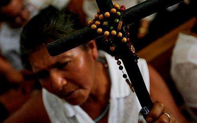 Católicos da Nicarágua participam de uma missa para exigir a liberdade dos presos políticos e a cessar o ataque à Igreja Católica, na Catedral de Manágua, em Manágua.