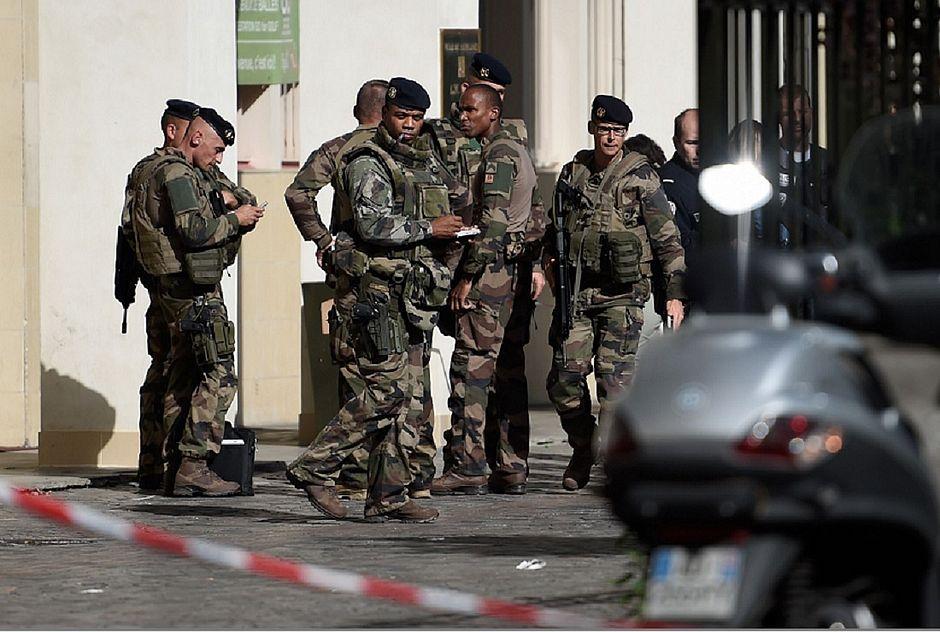 Polícia na França prende suspeito de atropelar soldados em ataque