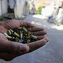 Dezenas de cápsulas de bala resultado do tiroteio de sábado
